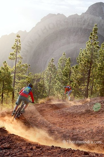 Mountain biking in Tenerife. The wide range of differing terrain of varying steepness offers many possibilities. Challenging single trails, flowy passage or pistes - often with great vistas - can all be found here.